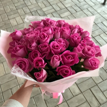 Букет из 41 кенийской розы в оформлении