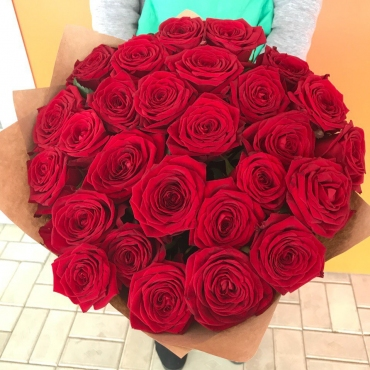 Букет из 27 красных роз в оформлении