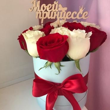 Розы в коробке Белая клубника