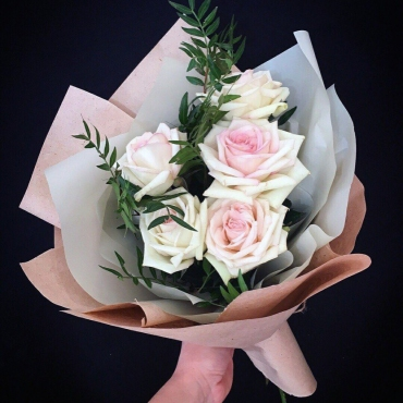 5 роз с зеленью в оформлении