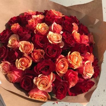 51 роза микс в оформлении