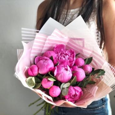 11 розовых пионов с эвкалиптом в оформлении