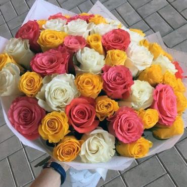 51 роза микс Эквадор в оформлении