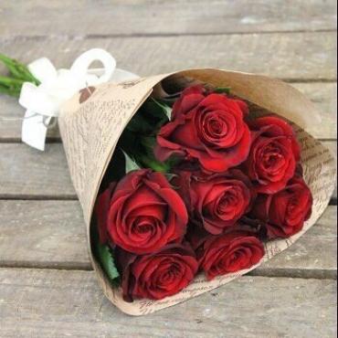 7 красных роз в оформлении