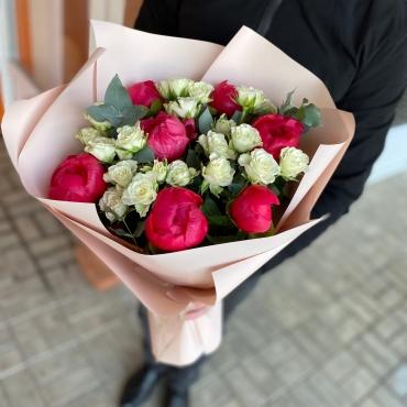 Букет из пионов с кустовой розой «Вишенка»