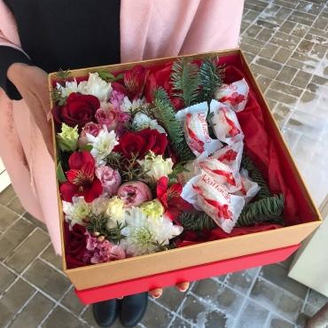 Композиция из цветов и конфет «Только для тебя»