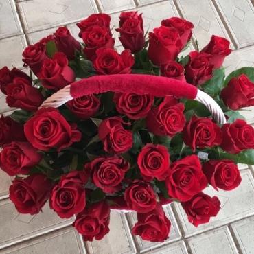 37 роз (микс) в большой корзине