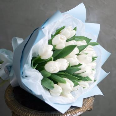 25 белых тюльпанов в оформлении «Снежная королева»