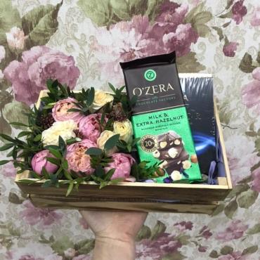 Композиция с цветами и сладостями в ящике «Комплимент»
