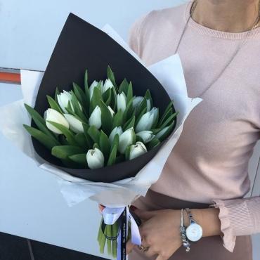 17 белых тюльпанов с стильном оформлении