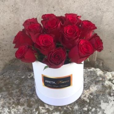 Композиция из 15 крупных роз в шляпной коробке