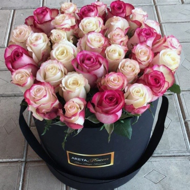 Композиция в шляпной коробке 33 розы (микс)