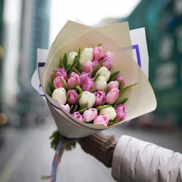 Букет из 25 тюльпанов в оформлении