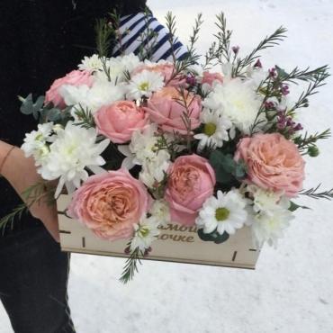 Композиция из цветов в ящике «Любимой мамочке»