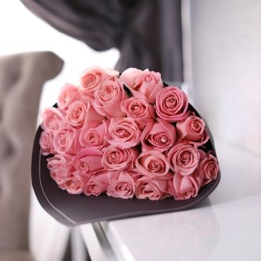 Букет из 25 нежно-розовых роз Эквадор в крафте