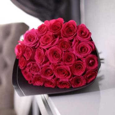Букет из 25 роз Эквадор крупного сорта в крафте