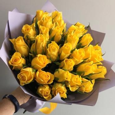 Букет из 31 желтой Кенийской розы в крафте