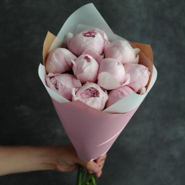 9 розовых пионов в классическом оформлении