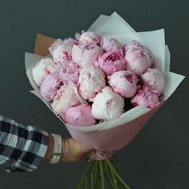 Пышный букет из 17 розовых сортовых пионов