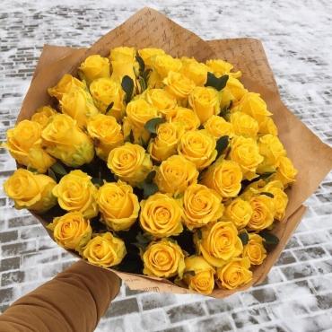 51 роза желтая в оформлении