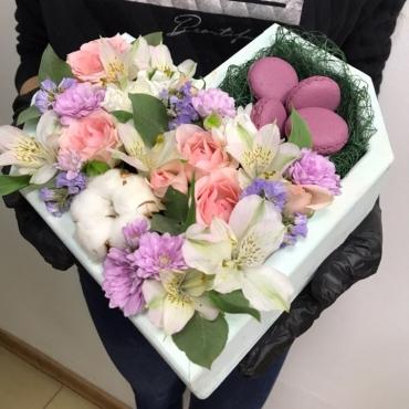 Ящик с цветами в виде сердца