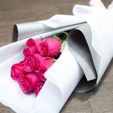 Розы импортные 7 штук в стильном оформлении