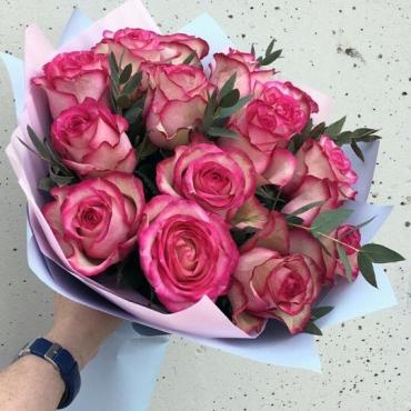 15 роз микс с зеленью в оформлении