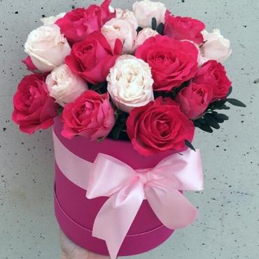 Композиция в шляпной коробке из кустовых роз