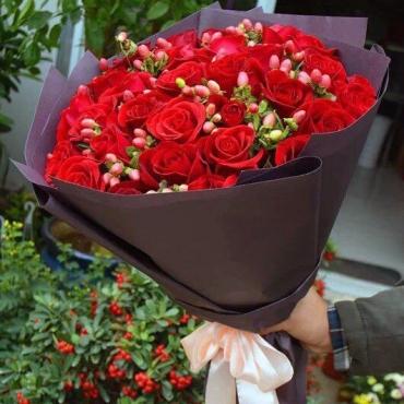 Букет из 25 роз в оформлении