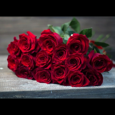 Классический букет из 15 импортных красных роз