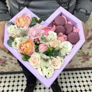 Ящик с цветами и макарони «От чистого сердца»