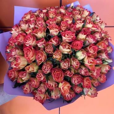 Яркий букет из 101 мини розы в оформлении