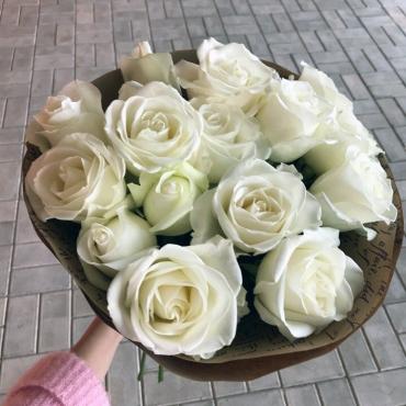 15 белых роз (микс) в оформлении